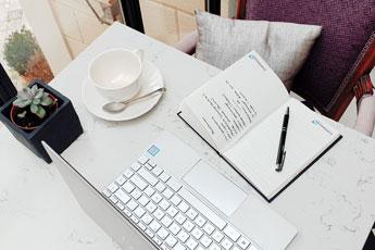Chaque chambre est équipée d'une tablette ou bureau, un réseau wi-fi en fibre pour travailler sereinement - Villa Victor Louis