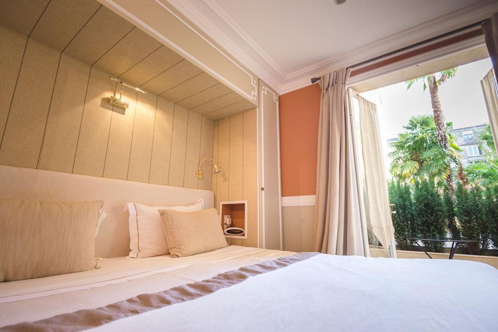 Lit king size du Studio et sa terrasse privée - Villa Victor Louis