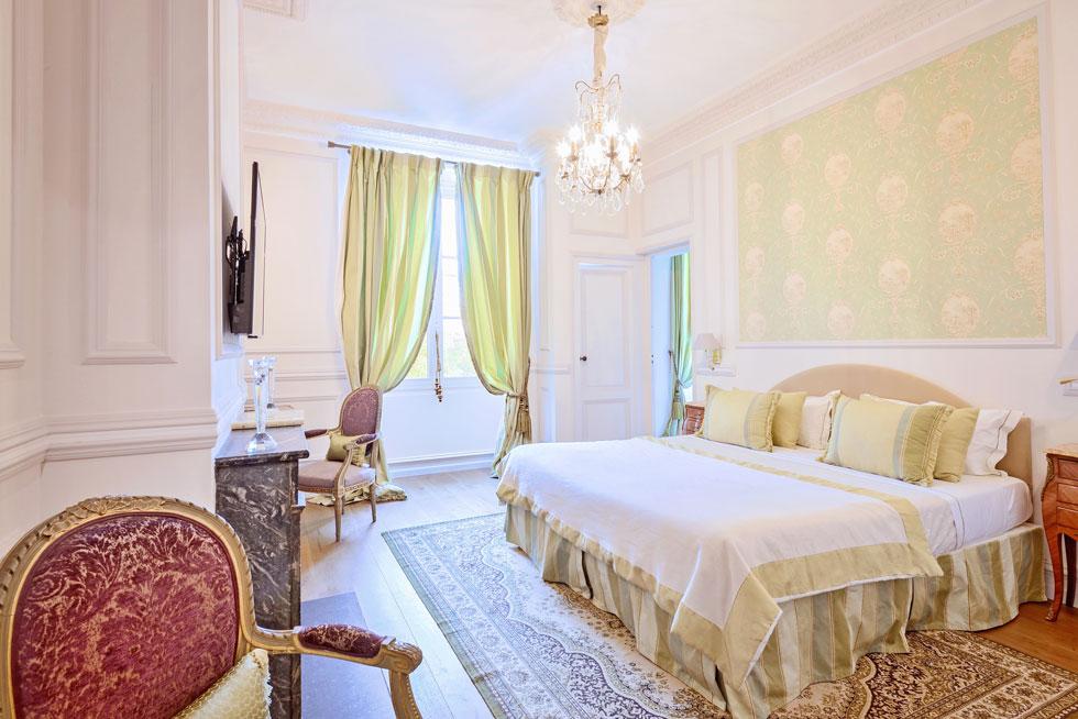 Une Suite Prestige, on découvre le jardin à la fenêtre - Villa Victor Louis