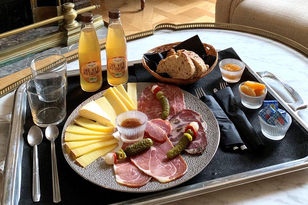 Room service avec une selection de produits locaux ou issus de l'agriculture biologique - Villa Victor Louis